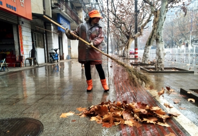 大风遇上连绵雨,环卫作业量增加