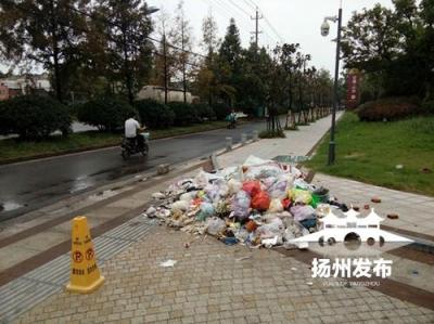 江都路新建小区门前垃圾一个月无人清理,到底谁来处理?