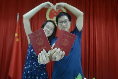 """""""5·20""""扬州各婚姻登记处""""为爱加班""""不打烊,489对新人领证"""
