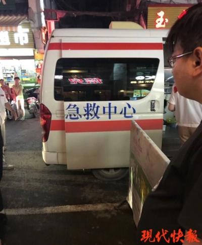 扬州一男子夜里抱蟒蛇到餐厅吃饭,男店长被吓晕送医