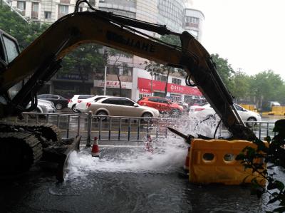 不好!文昌路一主供水管道被挖坏,大水喷涌,正在抢修