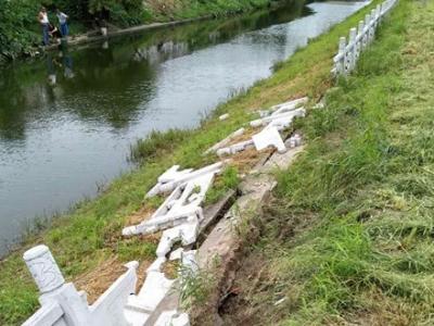 华扬西路约50米沿河护栏坍塌两个多月了,到底谁来修?