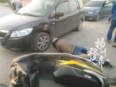 【视频】刚刚,扬州一电动车撞上汽车,骑车男子受伤……