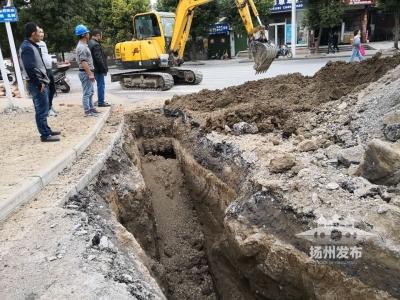 """【视频】刚刚,扬州一小区门口泥土直喷!原来是挖掘机""""伤""""了天然气管道……"""