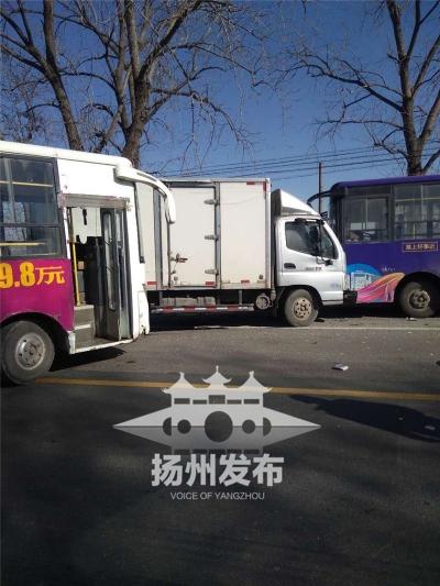 【视频】宝应境内公路一公交车调头致三车连环撞,幸好…