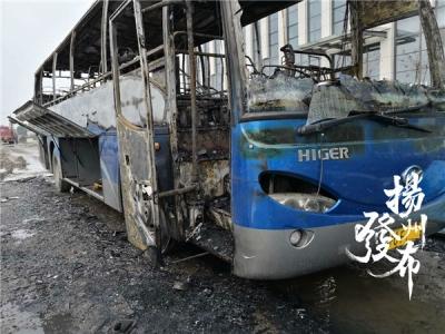 刚刚,扬州一外地大巴起火,司机被叫醒逃生后,居然又折返火场……