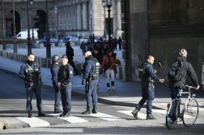 法国巴黎及多地发生骚乱 政府考虑实行紧急状态