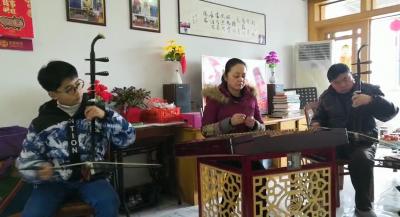 """我们的节日·春节丨拉二胡,弹扬琴,还有报幕员……扬州这家人的""""新春音乐会""""火了!(视频)"""