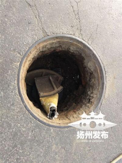 """【我+新闻】""""咔嚓""""一声响,江阳东路出现一个洞,附近市民这样做……"""