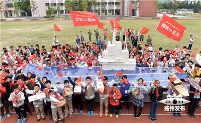 """燃!扬州小学生编队上演""""海上阅兵"""" 献礼海军成立70周年"""