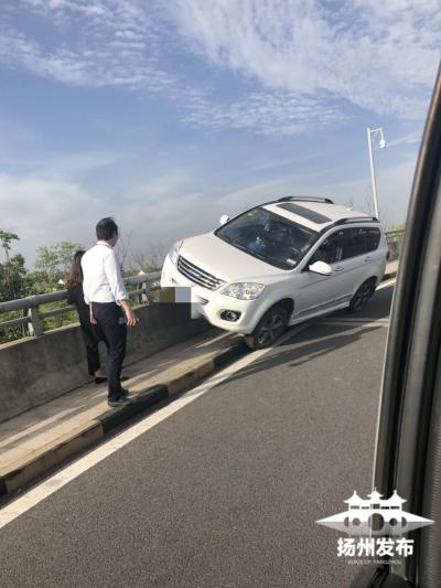 【我+新闻】扬泰机场航站楼下坡处,SUV骑上了护栏