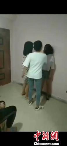 宿迁一女生遭数名女子掌掴50余下,校方:被外校学生殴打