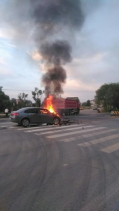 【我+新闻·视频】扬天公路一轿车与大货车相撞,车头蹿出火苗……