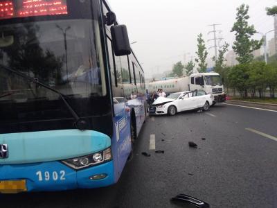 【我+新闻】轿车不明原因撞上公交 后面一辆环卫车这样避让··· ···