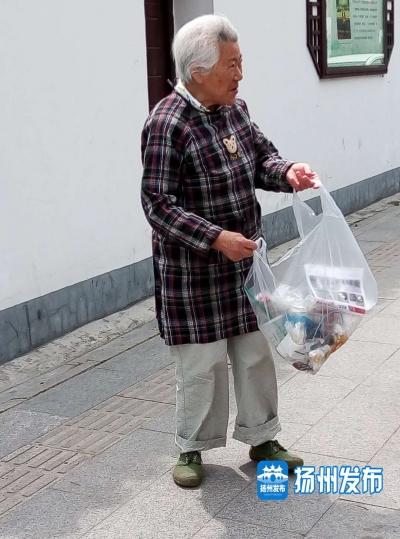 感動!玉器街有位白發老奶奶,因為這個重復的動作,路人無不對她豎大拇指