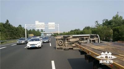 【我+新闻】小货车突然失控,横卧高速!驾驶员爬出车内说……
