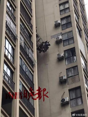 江西南昌2名工人高空作业意外坠楼,致1人死亡