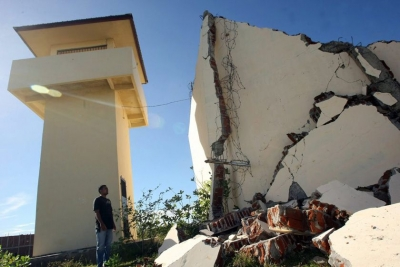 印度西部一住宅楼围墙倒塌,已致16人死亡