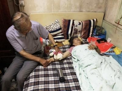 """【最美家乡人】八旬老人意外跌倒,70岁的她冲上前当""""肉垫"""""""