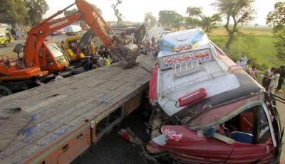 巴基斯坦一旅游车坠入河谷造成9人死亡