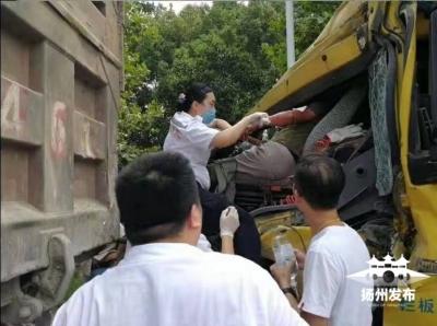 高溫下,揚州護士爬上滾燙的車頭,懸著身子為傷者舉輸液袋10分鐘