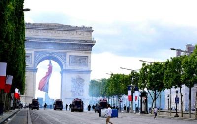 法国国庆日巴黎数百人举行示威游行,超过170人被捕