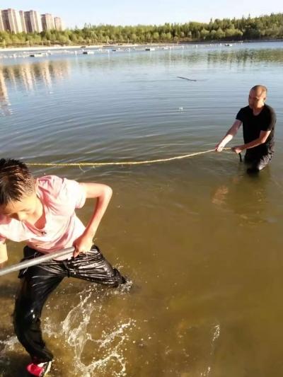 """聽到""""救命"""",不會游泳的他丟下2歲兒子狂奔1000米跳進湖中…"""