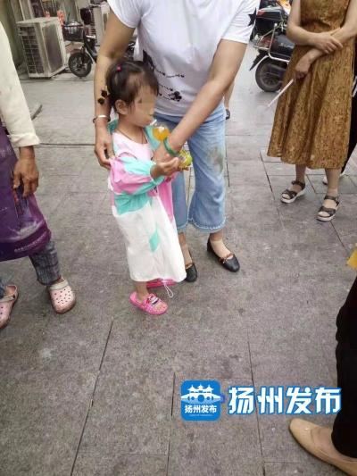粗心家长将孩子独留家中,高邮4岁小女孩险走失,幸亏遇到了他们......