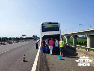 【祝宁平安·视频】险!大客车高速上爆胎,车上共有51人......