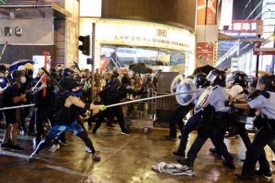 投擲磚頭汽油彈、照激光……香港警方拘捕36人
