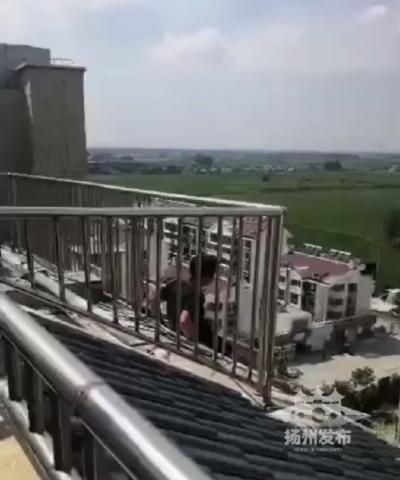 【扬州发布视频】宝应一男子坐在11楼欲轻生!危机时刻民警出手了……