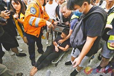 """香港暴徒圍毆內地旅客,外媒救人稱襲擊如""""黑幫"""""""