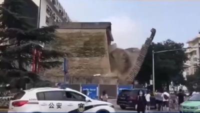 西安明秦王府一处城墙坍塌,4人擦伤4车受损