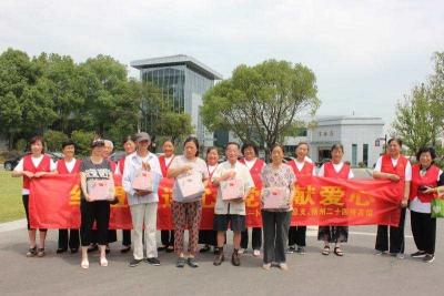 """扬州第一支志愿者队伍""""红马甲"""" 党员先锋披红装 绘浓城市文明色"""
