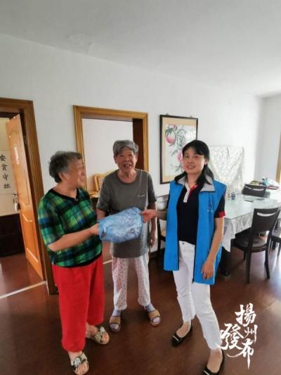 爱心奶奶自制几十条睡裤,送给社区空巢高龄老人
