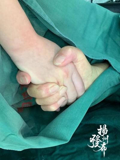 """暖心,快看这张手术服下的""""最美握手照"""" ……"""