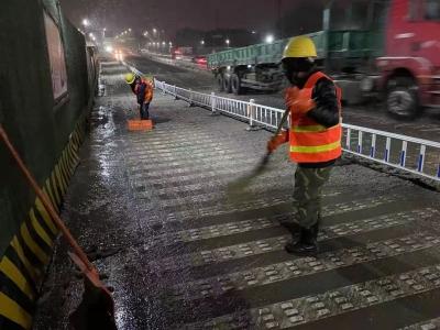 主动给道路扫雪除冰,为扬州这群建设者点赞!
