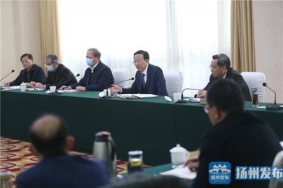 市委七届十一次全会与会人员进行分组讨论