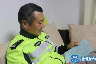 """【暖新闻】""""想让她一直有学上!""""扬州一交警默默资助彝族女娃多年"""