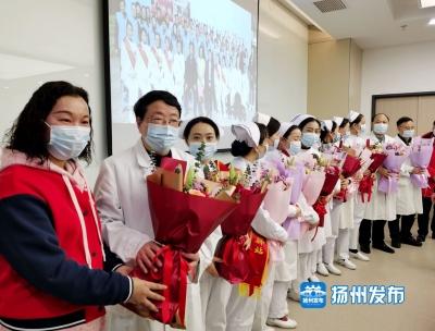 图集|鲜花献给最美的你们! 志愿者慰问抗疫医生和护士