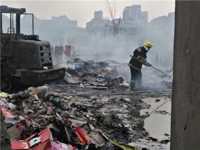 扬州一废品点起火 烧了一辆铲车