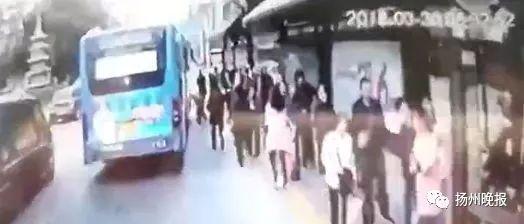 现场视频曝光!扬州一女子等公交车时突然摔倒,双腿遭碾压……痛心!