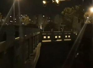 【视频】寒冷冬夜,扬州一市民过桥听到响声,发现桥下竟有一老人
