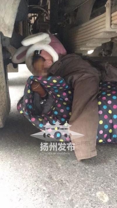 【我+新闻】扬城今早发生一起车祸,一老人死亡,被卡车下孩子已救出(附视频)