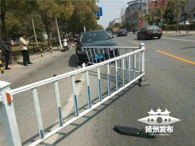 【我+新闻】刚刚,四望亭路上一轿车冲毁护栏!司机当时竟然在……