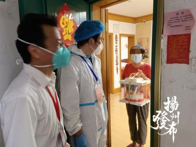 """【一线故事】这份""""疫""""外惊喜很暖心!志愿者为独居老人过生日"""