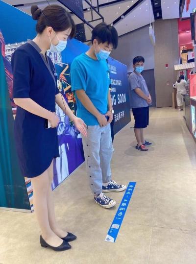 """江苏扬州:客服化身""""小蜜蜂""""巡场提醒 引导市民当好健康""""第一责任人"""""""