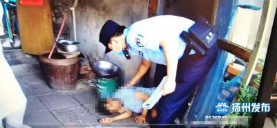 【视频】独居男子家中晕倒,多亏民警踹门紧急救助!警方提醒……