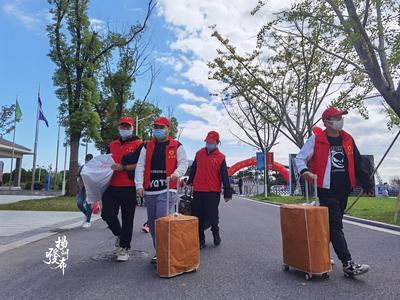 """【视频】660名志愿者一对一服务,""""流动彩虹""""迎接大学新生"""