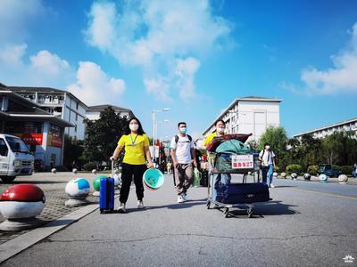 """扬州本轮疫情后迎来首批大学新生,""""出了家门便是校门""""的画风是这样的……"""